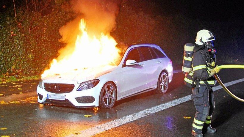 Auto brennt in Iserlohn auf Rastplatz aus - IKZ