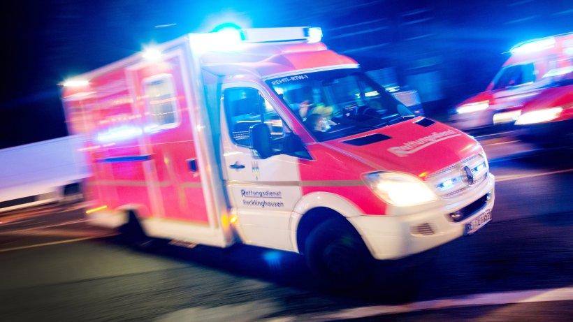 Unfall: Von Motorrad angefahren: Fußgänger lebensgefährlich verletzt